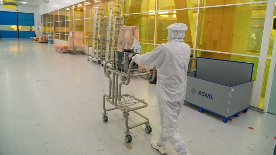 A wafer being transported inside a FOUP (Front Opening Unified Pod) in ASML's cleanroom in Veldhoven, the Netherlands.